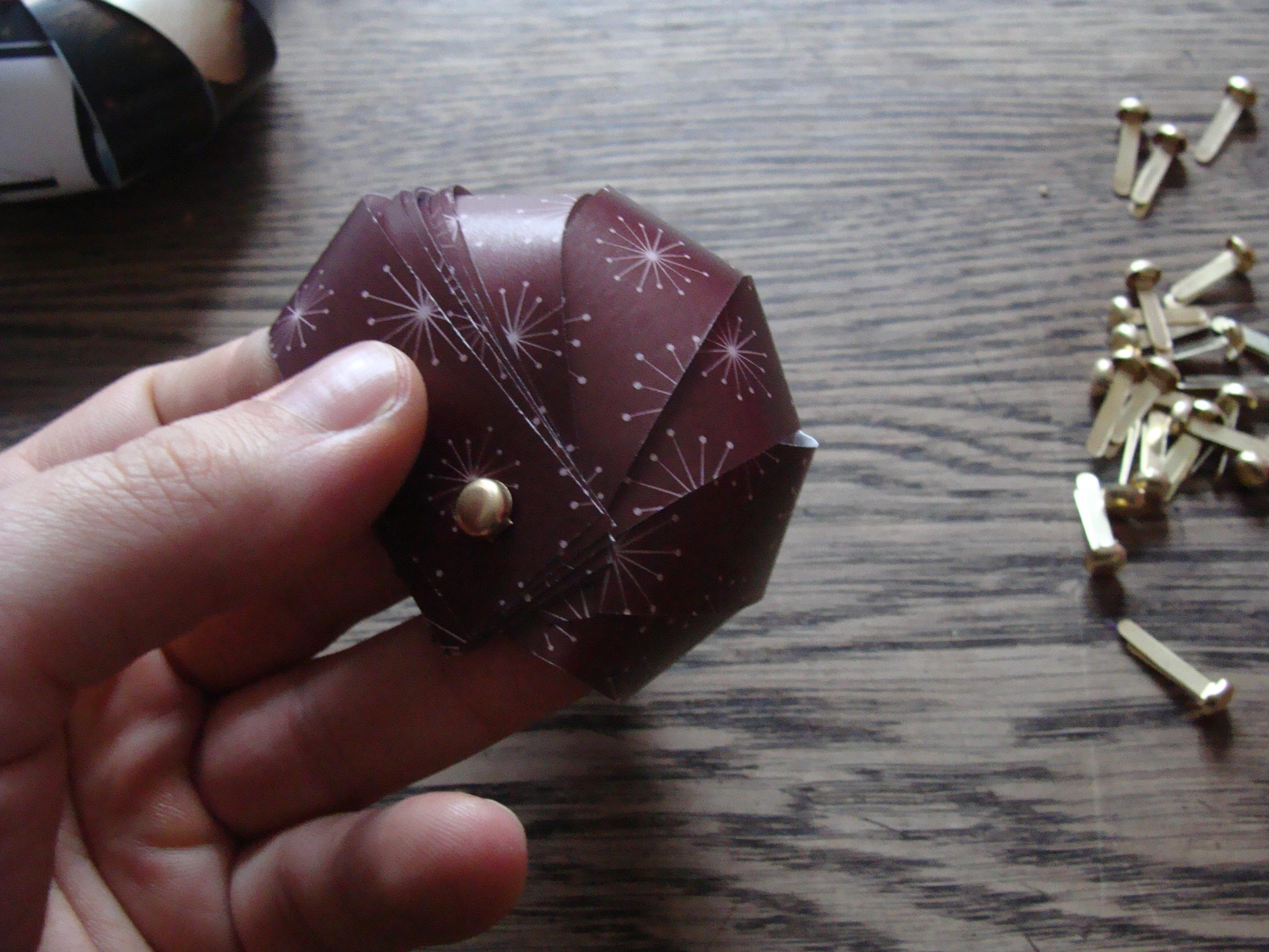 Selbermachen papierkugeln f r den weihnachtsbaum casa colorata - Papierkugeln basteln ...