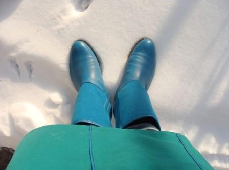 Schnee und türkisfarbene Stiefel