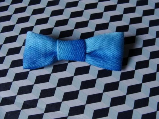 Dip dye Schleifenbrosche in blau