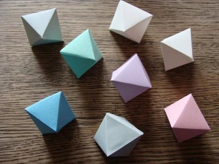 Papierkristalle in Pastellfarben