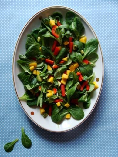 Feldsalat mit Paprika und Mango
