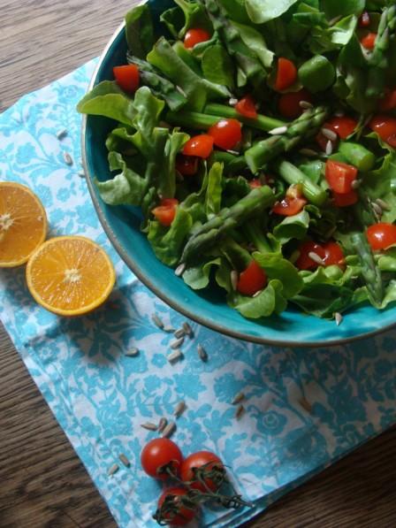 Salat mit Kirschtomaten und Spargel