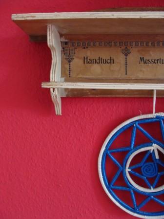 Geschirrtuchhalter vor roter Wand