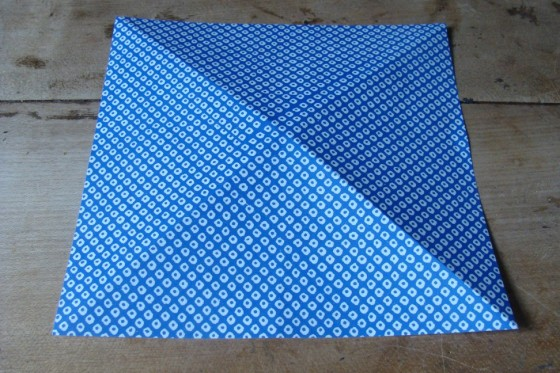 Origamipapier in der Diagonalen gefaltet