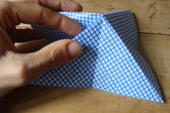 Origamiblatt im Dreieck gefaltet