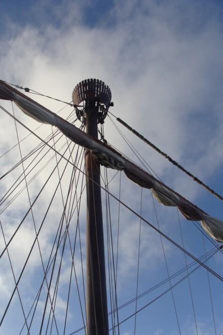 Mast und blauer Himmel