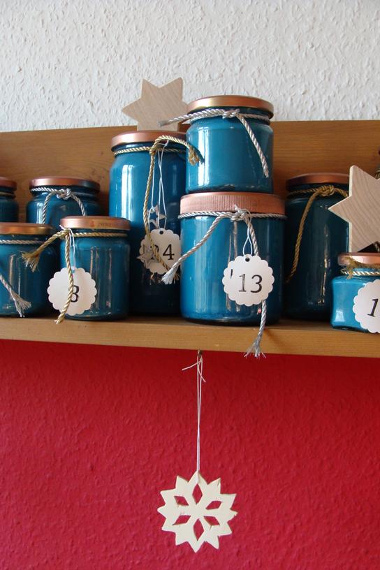 weihnachtsstimmung von nicht nussknackenden nussknackern am weidenk tzchenstrauch und einem. Black Bedroom Furniture Sets. Home Design Ideas