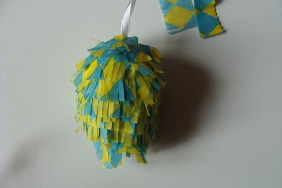Pinata-Ei gelb blau
